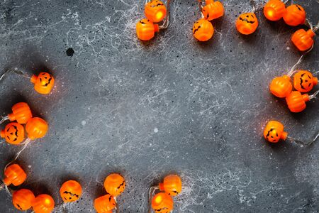 Halloween holiday background with garland. Copy space for text. Banque d'images - 132186069