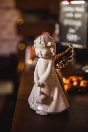 Glass toy Christmas Angel with a golgen bokeh background Banque d'images - 132186129