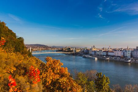 View of Budapest and the river Danube from the Citadella, Hungary at sunrise with beautiful autumn foliage Banque d'images - 132350792