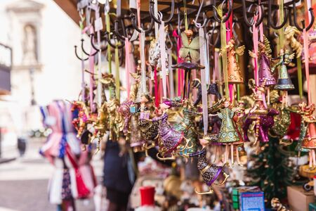 Multicolored Christmas decorations in Budapest Christmas market. Banque d'images - 132432602