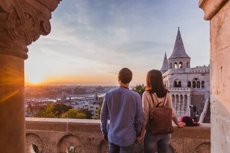 Young couple enjoy the view from the point from Fisherman Bastion in Budapest, Hungary during sunrise. Banque d'images - 132599836