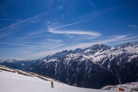 Paragliding over Alps with mountain cliffs covered with snow in Karnten Austria. Banque d'images - 132898868