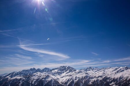 Paragliding over Alps with mountain cliffs covered with snow in Karnten Austria. Banque d'images - 132913573