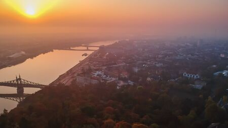 Aerial view to the Liberty Bridge and River Danube taken from Gellert Hill on sunrise in fog in Budapest, Hungary Banque d'images - 133314418