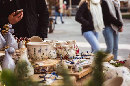 BUDAPEST, UNGARN - 08. NOVEMBER 2019: Kiosk mit Keramikprodukten aus Ungarn auf dem schönen Weihnachtsmarkt am Vörösmarty-Platz
