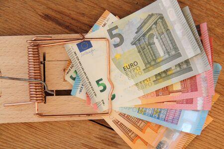 A wooden mousetrap with banknotes Banco de Imagens