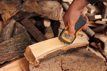 Measure moisture in firewood