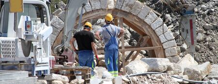 Craftsmen are building a new gate on a construction site Stockfoto