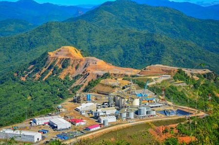加工工場の金鉱山の上から見る