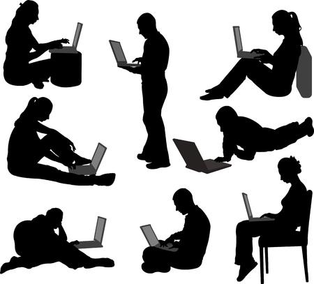 mujeres sentadas: las personas que trabajan en sus computadoras portátiles Siluetas del vector