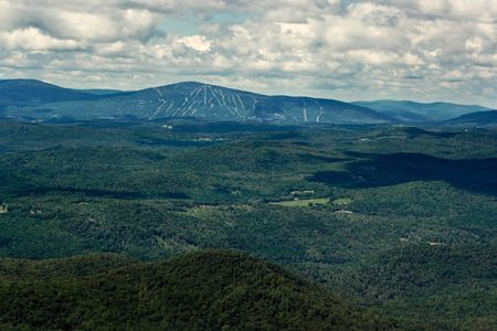 ski slopes: Vista di montagne e piste da sci in un giorno d'estate. View � dalla cima di una montagna nel verde delle montagne del Vermont. Archivio Fotografico