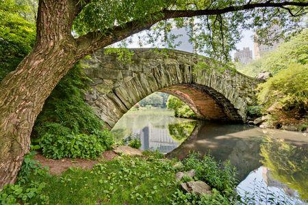 central: Un puente de piedra, Gapstow Puente, en Central Park, NY.