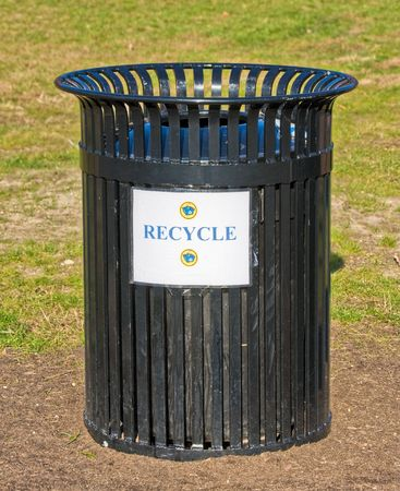 An outside garbage can with a recycle sign
