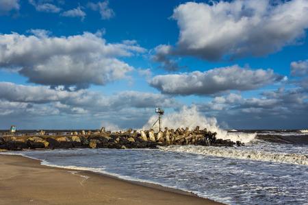 Een golf crasht op een steiger in Point Pleasant, NJ bij Manasquan Inlet. De grote golven zijn het resultaat van orkaan Joaquin die in oktober 2015 goed op zee is.