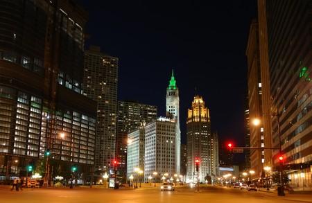 Ciudad en la noche de Chicago, IL, EE.UU.