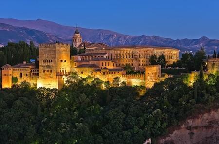 グラナダ: 日没後、スペイン、グラナダのアルハンブラ宮殿 報道画像