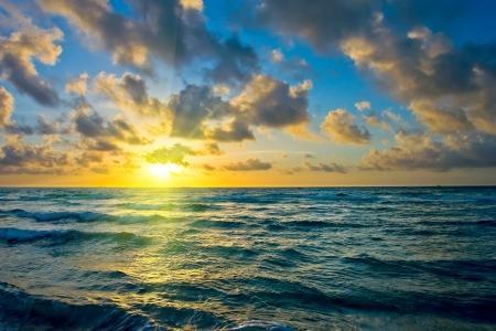 cielo y mar: Salida del sol, costa del oc�ano Atl�ntico, Florida, EE.UU.