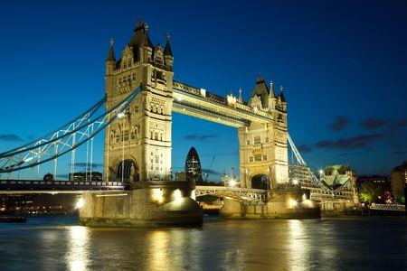 londre nuit: Tower Bridge au cr�puscule, Londres, Royaume-Uni Banque d'images