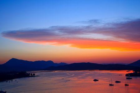 Puesta de sol sobre el mar Egeo, Grecia