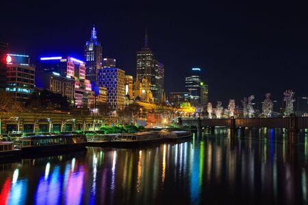 Centro de la ciudad de Melbourne por la noche, r�o Yarra