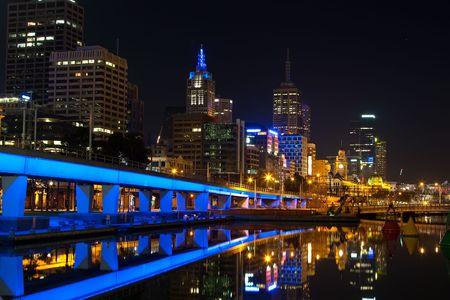Centro de la ciudad de Melbourne, en la noche, el r�o Yarra
