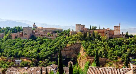 グラナダ: 晴れた日に、スペインのグラナダ アルハンブラの表示します。