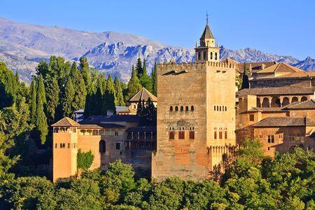 グラナダ: 日没、グラナダ、スペイン アルハンブラ宮殿を観します。