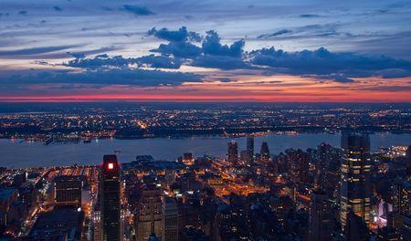 Zeigen Sie auf New York und New Jersey nach Sonnenuntergang