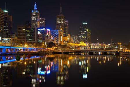 Centro de la ciudad de Melbourne en la noche Foto de archivo