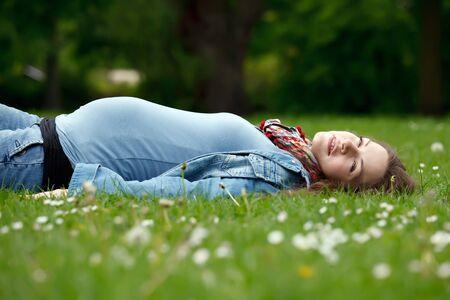 Krásná těhotná žena relaxaci v parku Reklamní fotografie - 7308899