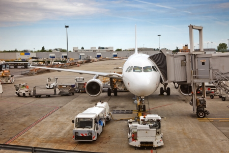 parked: Vliegtuig voorbereiden op de vlucht op de luchthaven Redactioneel