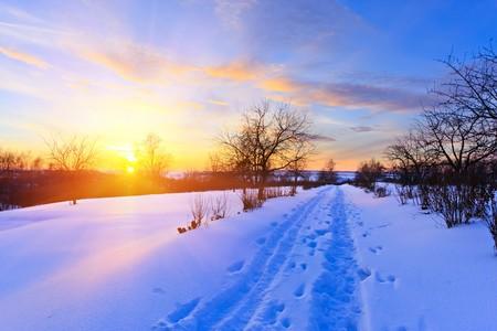 enero: Puesta de sol de invierno hermoso