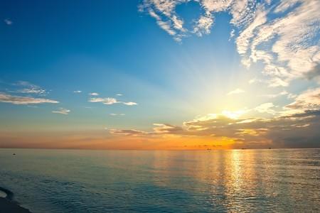 Nascer do sol sobre o oceano Atlântico Imagens