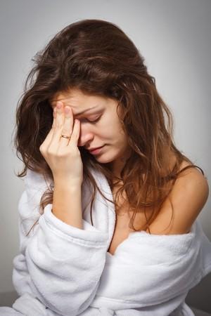 disorders: Mujer joven sufre de dolor de cabeza