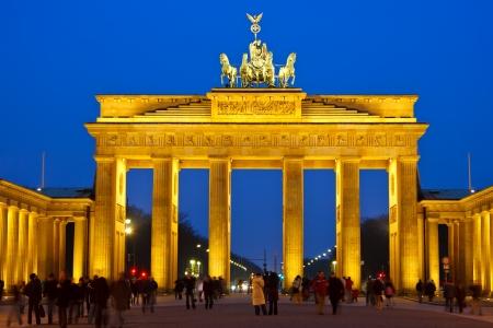 portones: Puerta de Brandeburgo en la noche, Berl�n  Foto de archivo