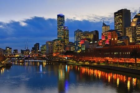 Centro de la ciudad de Melbourne en la noche, r�o Yarra