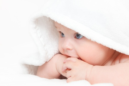 baby crawling: Ni�a bonita