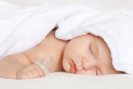 female nipple: Dormire baby girl Archivio Fotografico