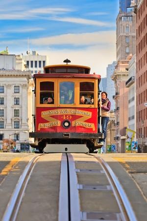 샌프란시스코: SAN FRANCISCO - NOVEMBER 26, 2010: Passengers enjoy a ride in a cable car in San Francisco, California. It is the oldest mechanical public transport in San Francisco which is in service since 1873.