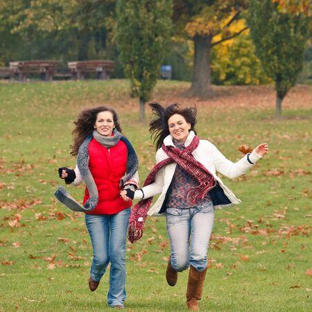 chicas divirtiendose: Dos chicas guapas que se divierten en el Parque Foto de archivo