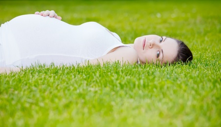 Hermosa mujer embarazada en el Parque Foto de archivo