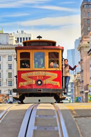SAN FRANCISCO - 26 de noviembre de 2010: Pasajeros disfrutan de un paseo en un telef�rico en San Francisco, California. Es el m�s antiguo transporte p�blico mec�nico en San Francisco, que est� en servicio desde 1873.