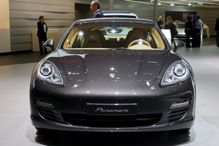 luxus: FRANKFURT - SEP 17: Porche Panamera car shown at the 64th Internationale Automobil Ausstellung (IAA) on September 17, 2011 in Frankfurt, Germany.