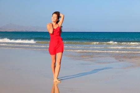mujer mirando el horizonte: Mujer joven en una playa