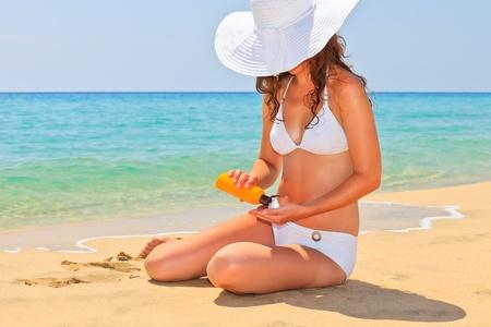 Mujer joven disfrutar del sol en la playa