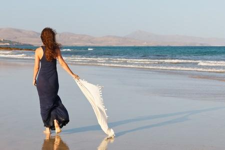 scarf beach: Mujer joven en una playa