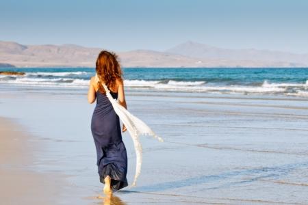 mujer sola: Mujer joven en la playa