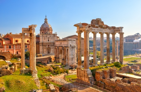 templo romano: Ruinas romanas en Roma, el Foro Foto de archivo