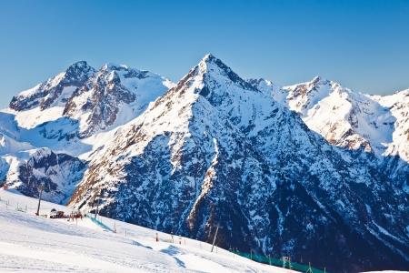 montañas nevadas: Estación de esquí en los Alpes franceses