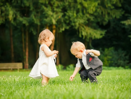 niño y niña: Los niños en el parque